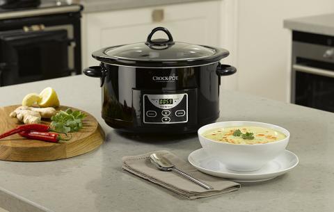 Olla de cocción lenta Crock-Pot junto a comida cocinada