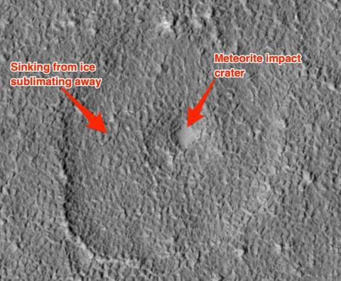 Una evidencia de hielo en lugares donde meteoritos han impactado contra Marte.