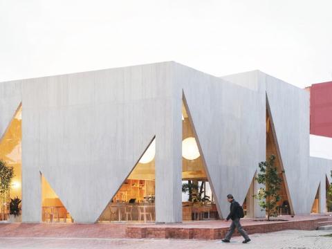 Otro restaurante construido con maestría es la Panadería y Cafetería Masa en Bogotá, Colombia, que se compone de ventanas de hormigón triangulares.