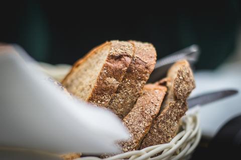 Puedes añadir salvado de trigo al pan para incrementar su cantidad de fibra.