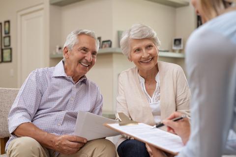 Pareja consiguiendo un seguro médico