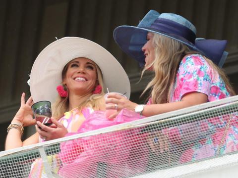 Dos chicas tomando algo en una terraza