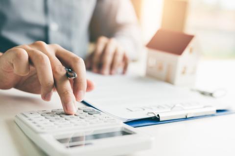 Persona calculando la hipoteca