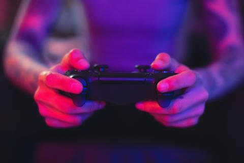 Persona jugando a la consola