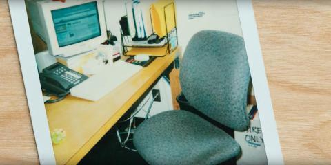 """Una foto de un antiguo """"escritorio de puerta"""" de Amazon ¡Observa los soportes de metal en el lado derecho!"""