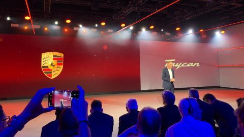Oliver Blume, CEO de Porsche AG, durante la presentación del Taycan a las afueras de Berlín.
