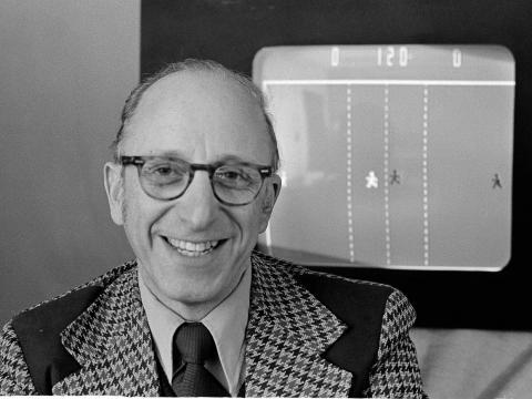 Ralph Baer, ingeniero de Sanders Associates, Inc., de Nashua, N.H., mira su partido de hockey en televisión en 1977.