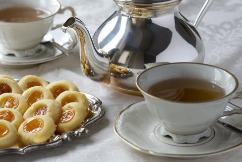 La reina comienza su día con té y galletas.