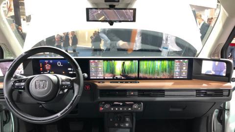 Esta enorme pantalla preside el interior del Honda e.