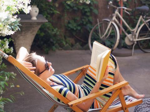 Señora leyendo un libro