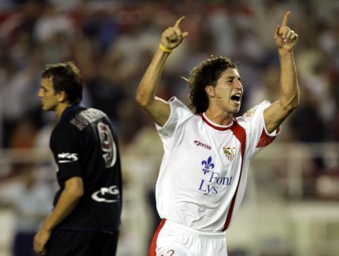 Sergio Ramos celebra un gol vistiendo la camiseta del Sevilla en 2004.