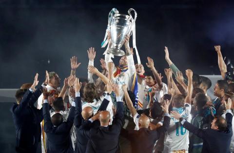 Sergio Ramos levanta la copa de la Champions League en 2018.