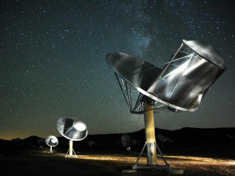 Varias antenas que forman parte del Conjunto de Telescopios Allen, buscan señales de vida alienígena.