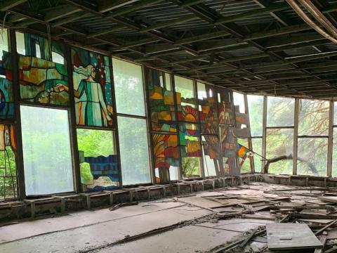 Un edificio abandonado con vidrieras en Pripyat.