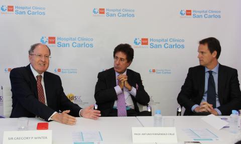 Sir Gregory P. Winter (Premio Nobel de Química 2018), el Prof. Arturo Fernández-Cruz (Presidente de la Fundación Fernández-Cruz) y el Dr. Luis Nudelman (director médico de AbbVie en España).