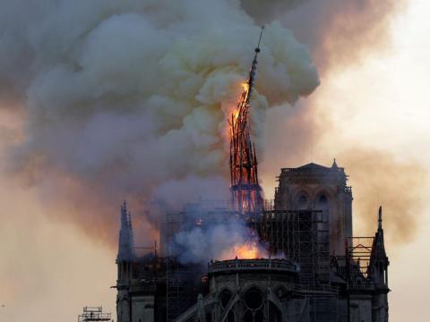La aguja de Notre-Dame colapsa y cae mientras el templo es engullido por las llamas en París el 15 de abril de 2019.