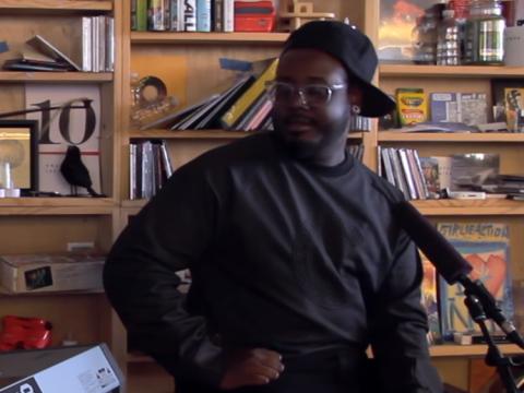 T-Pain actuando en el Concierto de Tiny Desk de NPR.
