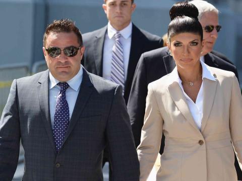 Teresa Giudice, estrella de 'The Real Housewives of New Jersey', y Joe Giudice se dirigen a los tribunales en 2015.