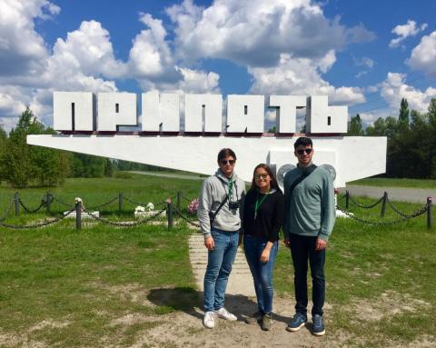 Aguilera delante de un cartel en Pripyat.