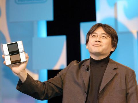 Satoru Iwata, presidente de Nintendo en 2004 con la Nintendo DS.