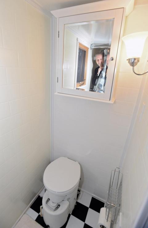 Un pequeño baño de una casa portátil en Pasadena