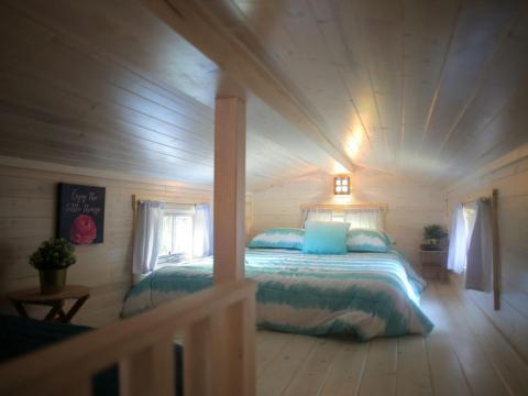 Un dormitorio en el Tuxbury Tiny House Village.