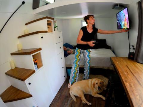 Brandy Jones ajusta el televisor de su pequeña casa en Reading, Pensilvania.