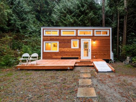 Una pequeña casa portátil en el bosque