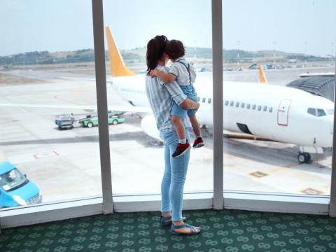 Asistentes de vuelo de aerolíneas como Delta Air Lines y United Airlines revelan sus mejores trucos para viajar.