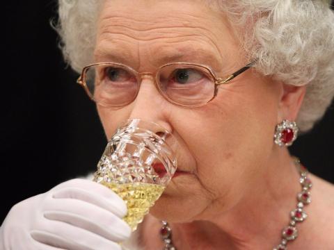Y, por último pero no menos importante, termina su día con una copa de champán.