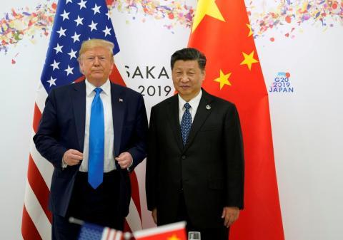 El presidente de Estados Unidos, Donald Trump, y el presidente de China, Xi Jinping, posan para una foto antes de su reunión bilateral durante la cumbre de líderes del G20 en Osaka, Japón, el 29 de junio de 2019.