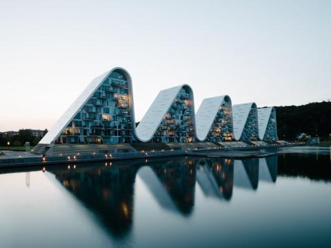 The Wave, en Dinamarca, cuenta con una impresionante colección de cinco torres residenciales, todas ellas conectadas por un techo de ondulado.