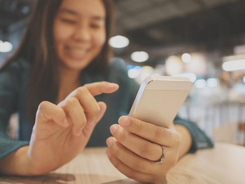 Mujer usando un iPhone