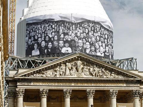 Una foto gigante de retratos de JR esconde el campanario del Panteón en París, Francia, en 2014.