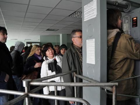 Los visitantes pasan por un punto de control de radiación en la zona de exclusión de Chernobyl en 2011.