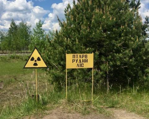 Un símbolo de advertencia de radiación en la zona de exclusión.