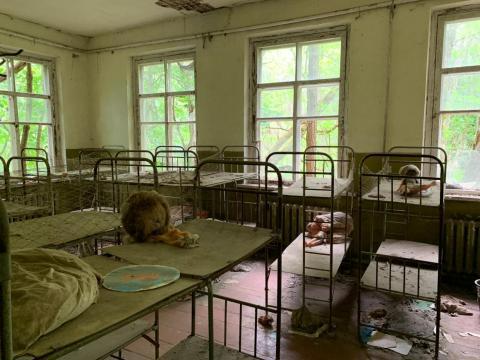 Literas dentro de un edificio abandonado en Pripyat.