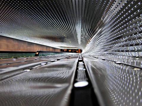 Multiverso, una escultura de luz del artista Leo Villareal entre los edificios Este y Oeste de la Galería Nacional de Arte.