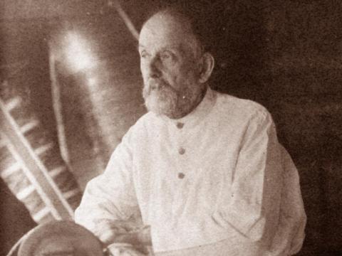 Konstantin Eduardovich Tsiolkovskii trabajando.