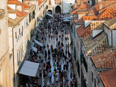 Turistas caminando por el casco antiguo de Dubrovnik.