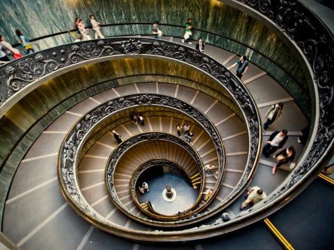Estas son las escaleras que bajan y salen por la salida de los Museos Vaticanos.