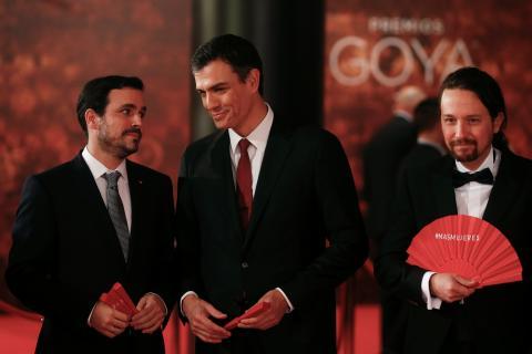 Alberto Garzón (i), Pedro Sánchez (c) y Pablo Iglesias (d) coinciden en la gala de los Goya de 2018.