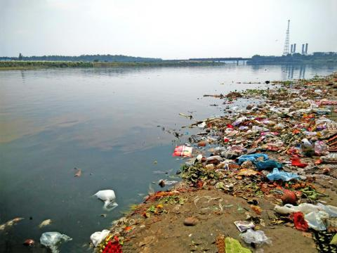 El río Yamuna fluye al lado del Taj Mahal.
