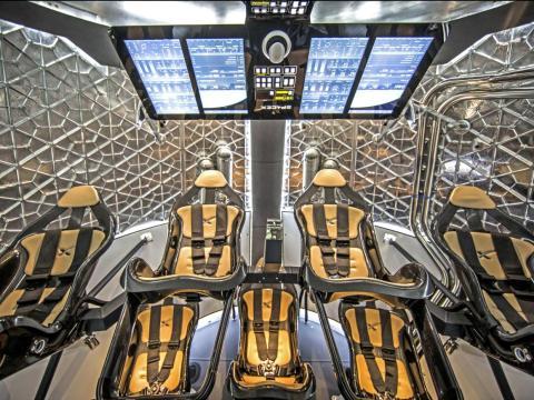 El interior de Crew Dragon.