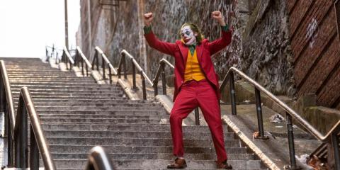 Arthur Fleck se transforma lentamente en el Joker.