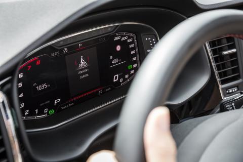 El coche conectado recibe una señal visual y acústica alertando del obstáculo.