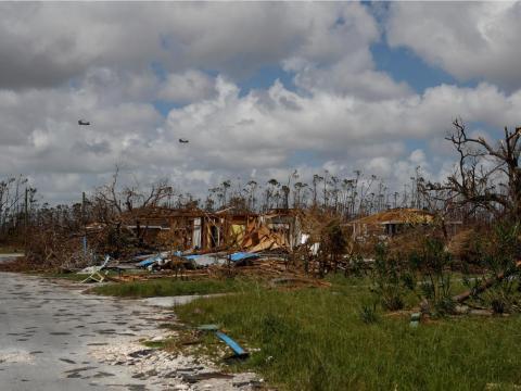 Una vista de casas devastadas después del huracán.
