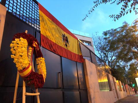 Una bandera franquista, en la fachada de una de las viviendas de los parientes de Franco.