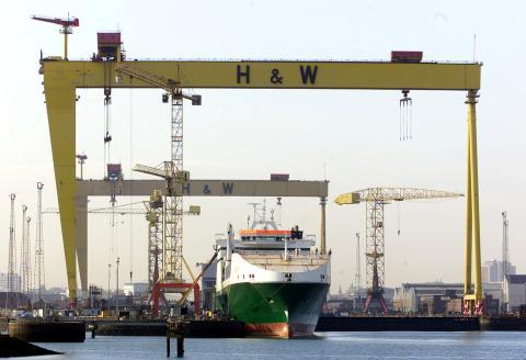 Un barco en construcción en un astillero
