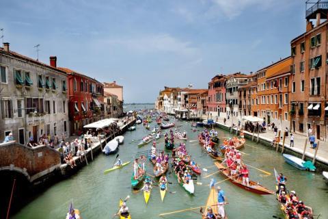 Los venecianos protestaron por el turismo en las calles de Venecia en 2017, según CNN.